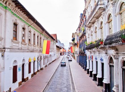 ecuador_cuenca_street-city-flags